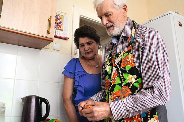 Николай Николаевич часто балует любимую блюдами собственного приготовления