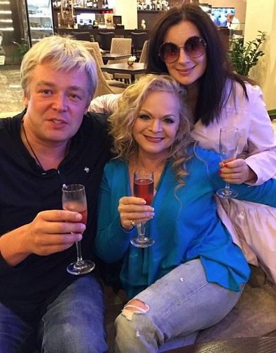 Александр и Екатерина Стриженовы поздравляют с днем рождения Ларису Долину