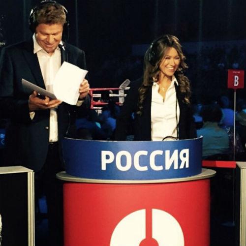 Анна Кастерова за работой с коллегой Дмитрием Губерниевым
