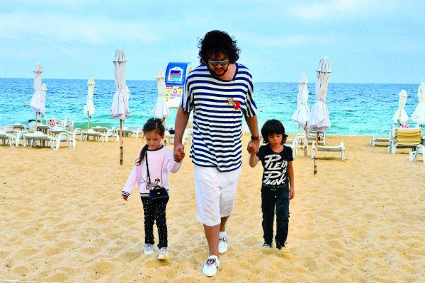 На море папа с детьми провели около часа