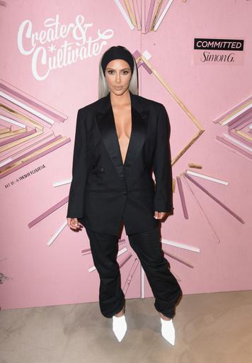 Ким Кардашьян предпочитает одежду-оверсайз с глубокими вырезами