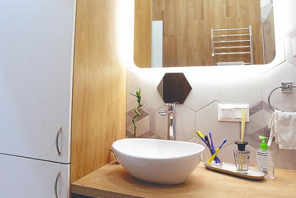 Ванная комната оформлена в пастельных тонах