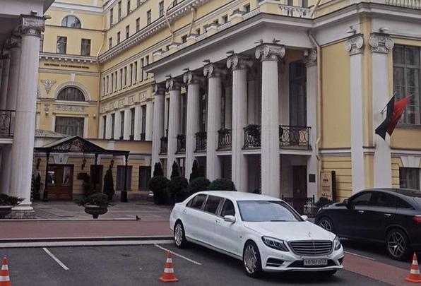 Пара живет в отеле класса люкс в центре города