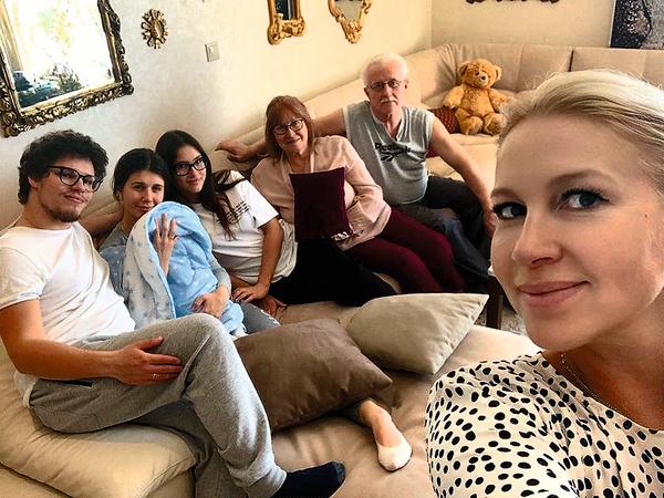 Семейное селфи — Екатерина Одинцова с детьми, внуком и родителями
