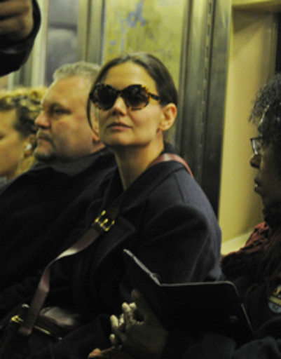 Кэти Холмс пыталась быть незаметной, когда ехала в метро, но ее все равно узнали