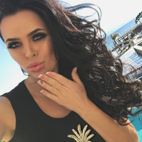 Вика демонстрирует идеальный макияж и передает привет подписчикам