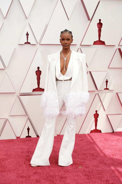 Певица Тиара Томас выбрала для церемонии сексуальный белый костюм
