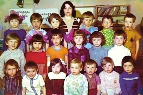 Наследник знаменитой фамилии (третий во втором ряду) ходил в обычный детский сад. Как и многие дети, больше всего он не любил манную кашу