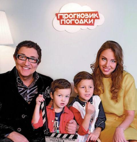 За кадром мальчика поддерживали мама, папа и старший брат Саша. Младший, трехлетний Илья, остался дома с няней