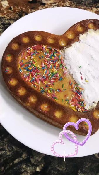 Ариела приготовила пирог для мамы и сестренки
