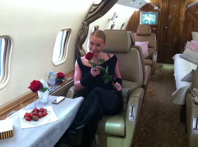 Анастасия часто летает частными самолетами