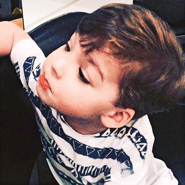 Гарри так понравилась новая стрижка, что он обнял стилиста