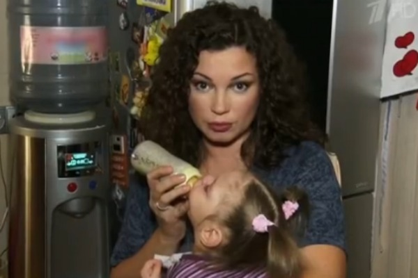 Наталья кормит дочь Агату