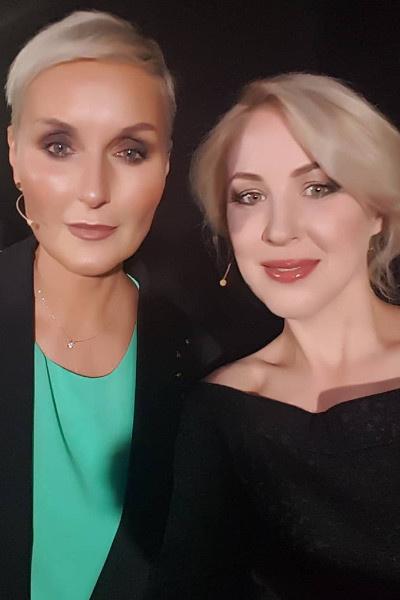 Ольга (слева) не воспринимает брак мамы всерьез