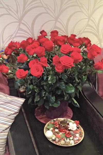Певец подарил маме ее любимые духи «Килиан» и огромный букет красных роз