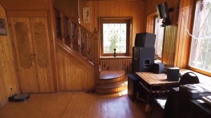 Интерьер дачи полностью выполнен из дерева