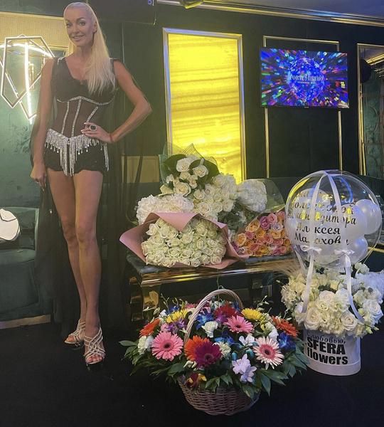 Артистку завалили букетами цветов