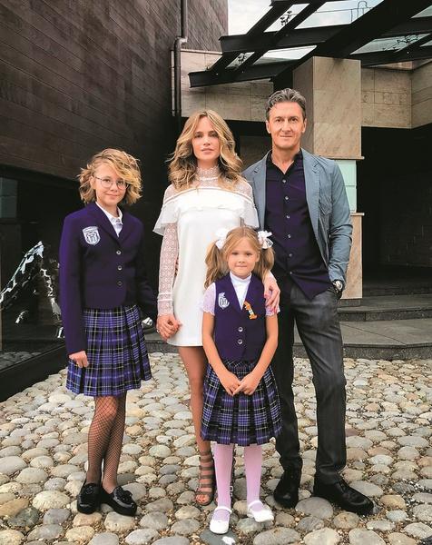 Глюк'oZa с мужем воспитывают двух дочерей — 12-летнюю Лиду и 8-летнюю Веру