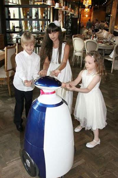 Дети знакомятся с роботом Борисом