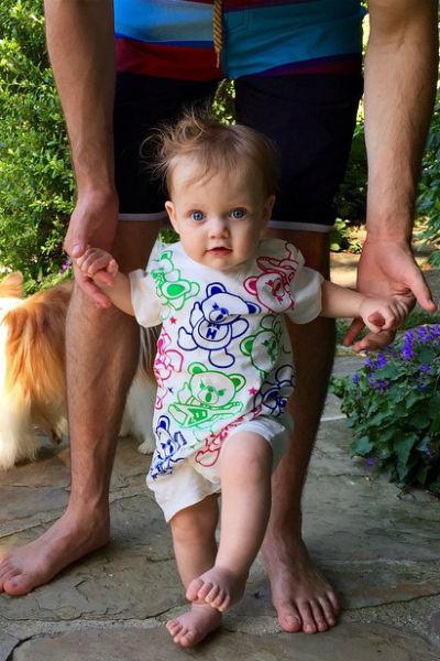 Малышка Саммер Рэйн делает первые шаги